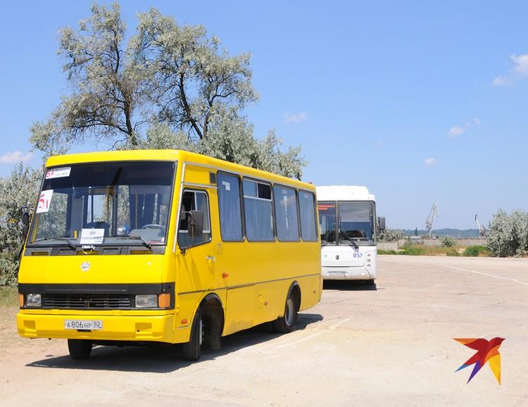 """На городской пляж Керчи из центра нужно добираться почти 50 минут – или на """"большом белом автобусе"""" (на фото сзади), или на желтом скотовозе с издевательским названием """"Эталон"""""""