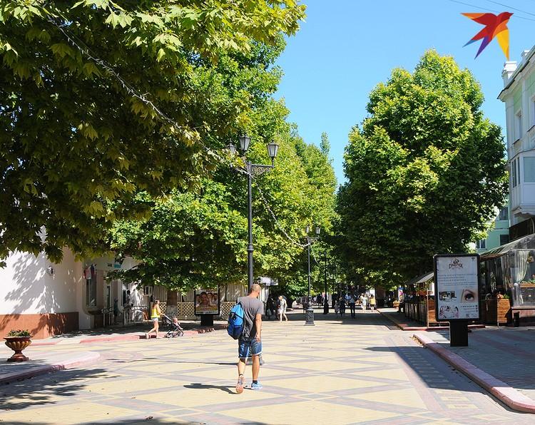 Главный городской променад Керчи – пешеходная улица Ленина с кучей магазинов, ресторанов и кафешек