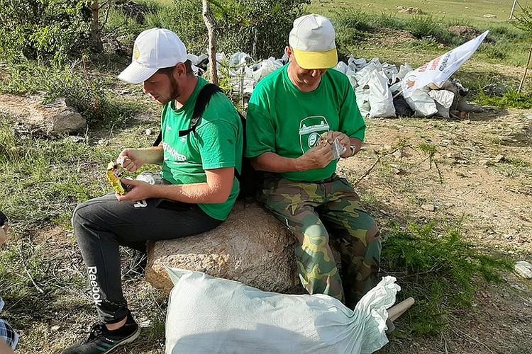 Волонтеры показывают пример, как щелкать семечки и не мусорить.