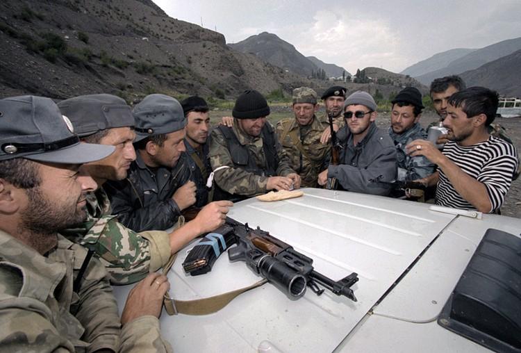 Дагестанские милиционеры в ожидании задания во время операции по выяснению расположения позиций чеченских боевиков в Ботлихском районе