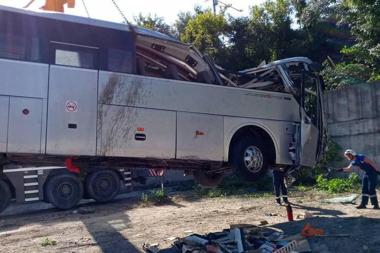 Автобус протаранил внедорожник и утянул его с собой в пропасть
