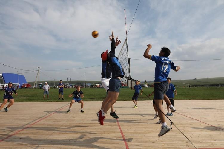 Спортивная программа праздника включает бурятскую борьбу «Барилдаан», стрельбу из лука по национальным правилам, состязания в легкоатлетических дисциплинах, мини-футболу и волейболу. ФОТО: Лариса Федорова.