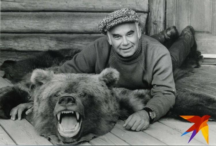 Василий Песков с медведем.