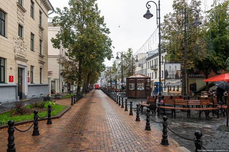 Блогер недоумевает, зачем нужно было огораживать проезд для машин цепью на пешеходной улице Комсомольская Фото: varlamov.ru