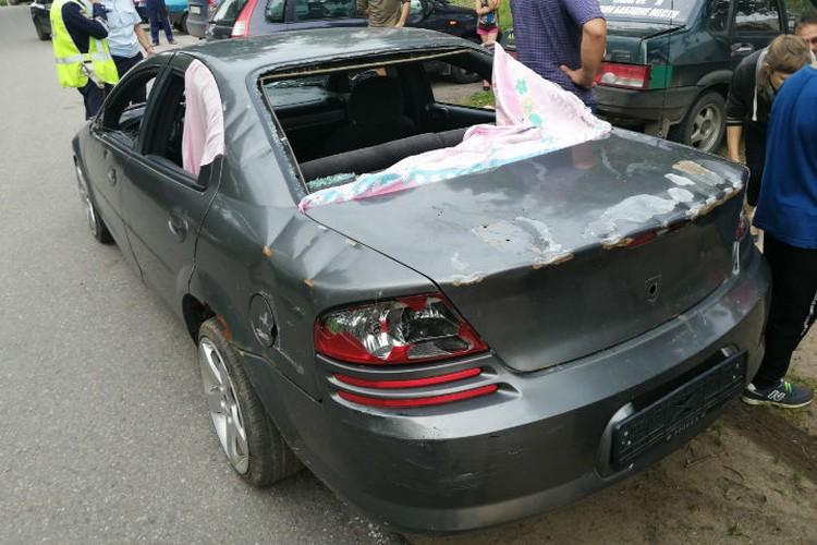 стекла у машины были уже выбиты. Фото: соцсети.