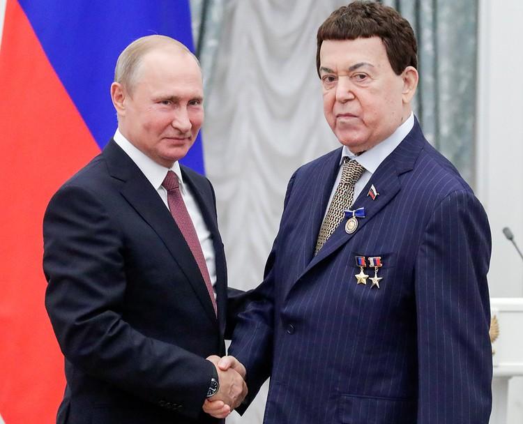 Владимир Путин и певец Иосиф Кобзон на церемонии вручения государственных наград РФ в Кремле, июнь 2018 года. Фото Михаил Метцель/ТАСС