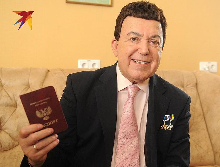Донецк, Иосиф Кобзон с паспортом ДНР, 2016 год.