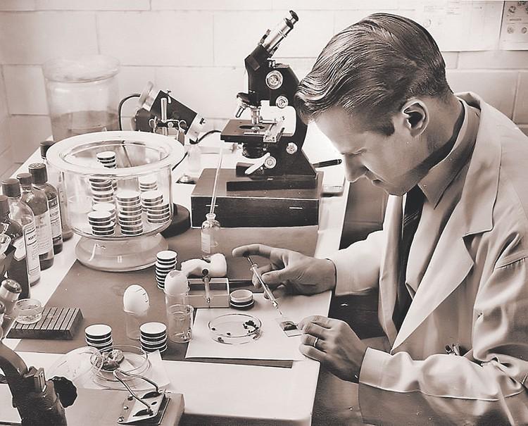 Микробиолог Вилли Бургдорфер экспериментировал с клещами. Фото: Rocky Mountain Laboratories Historical Collection/Wikimedia Commons