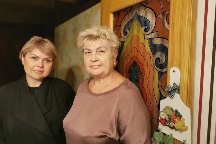 Мама Елены Лапуцкой Ирина (справа) говорит, что за поступок дочери ее многие благодарят и даже целуют руки.