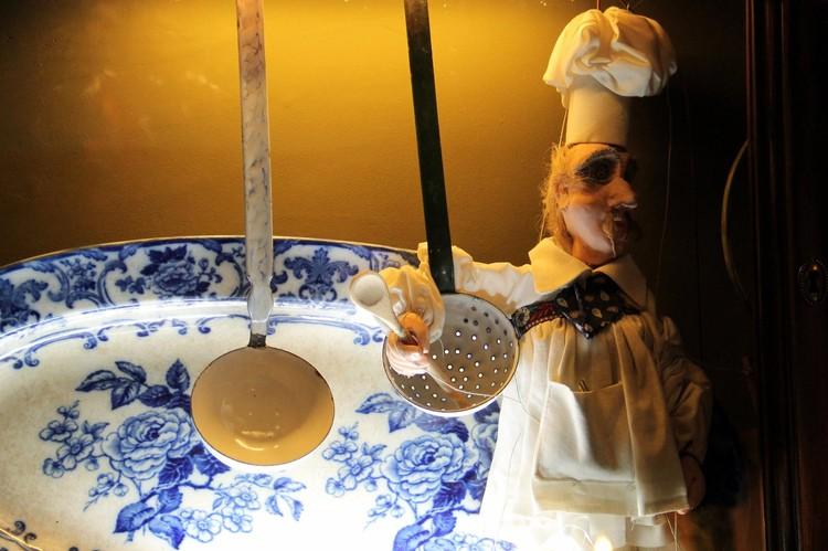 Куклы, которые были выставлены в ресторане, были дорогими и антикварными.
