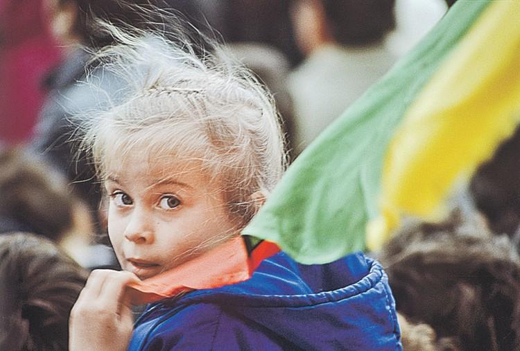 Митинг за независимость Литвы, апрель 1990 года. О чем думает эта девочка спустя 30 лет? Фото: Владимир ВЯТКИН/РИА Новости