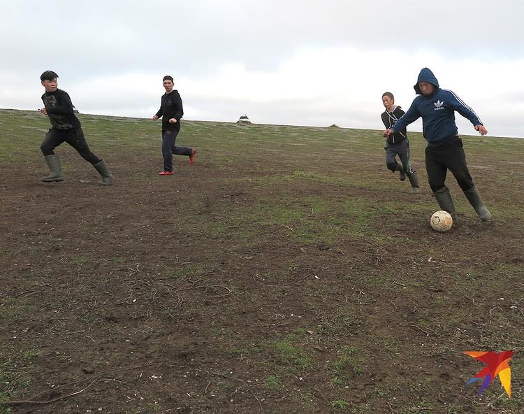 Игра в футбол.