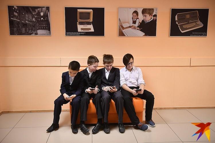 Согласно тексту методических рекомендаций, есть школа может стать территорией вообще свободной от мобильников.