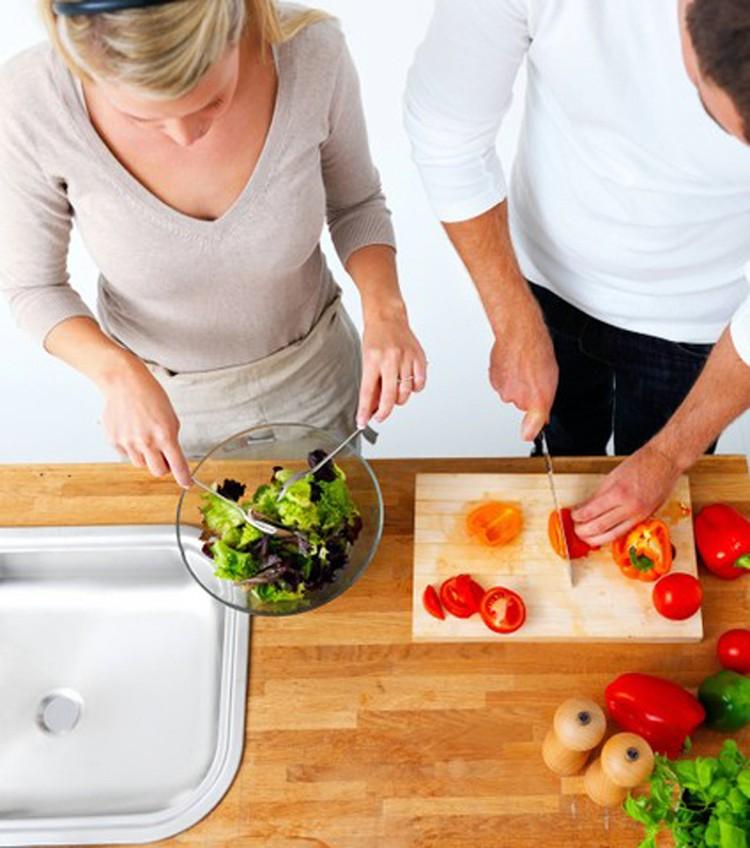 Итальянцы питаются более сбалансированно, традиционно даже в небогатых семьях едят много овощей, получают достаточно клетчатки