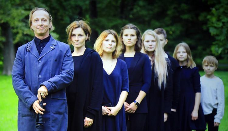 Актер и его большое семейство (на фото слева направо): жена Оксана, дети Анфиса, Евдокия, Варя, Вася, Нюша и Савва). Родные шутили, что надо надевать папе на прогулках медицинскую маску. Но потом поняли, что его все равно поклонники узнают: по голосу.