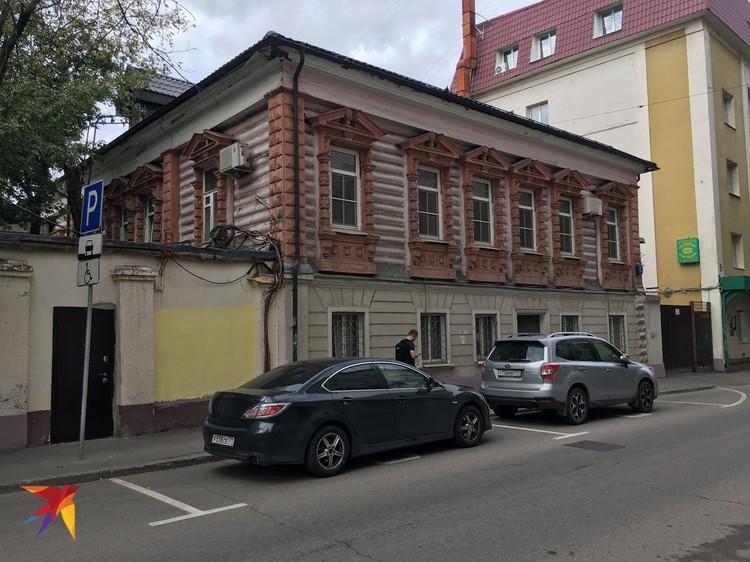 Как выяснилось, в «обыкновенном доме» в начале 70-х выступал сам Высоцкий. В здании на тот момент располагался Дом культуры фабрики «Шерсть - Сукно».