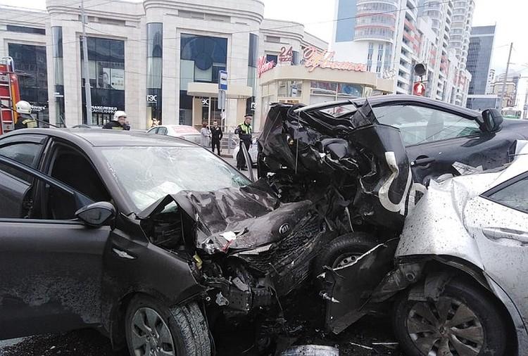 Находившиеся в такси мужчины погибли на месте. Фото: УГИБДД по Екатеринбург