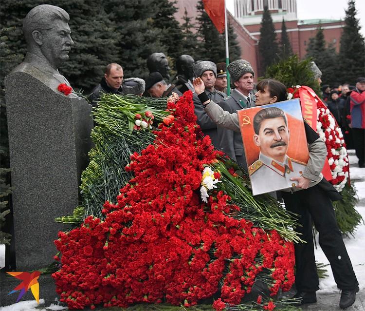 """5 марта, день годовщины смерти """"Вождя народов"""". Акция """"Две гвоздики для товарища Сталина"""" на Красной площади."""