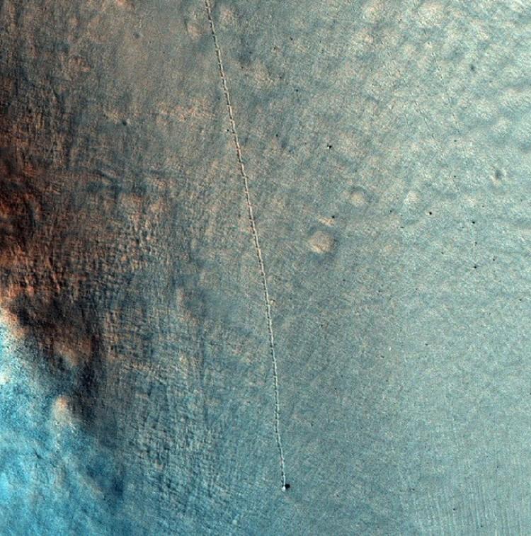 Еще один катящийся по Марсу камень.