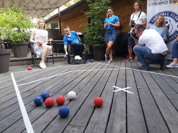 Задача каждого игрока - метнуть мяч как можно ближе к белому джекболу.