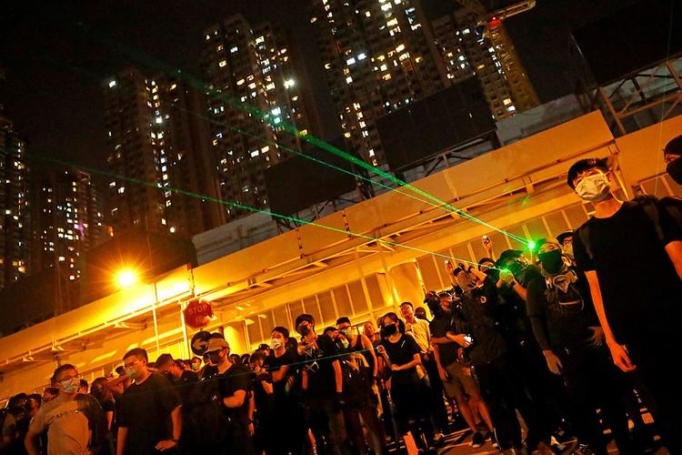 Ноу-хау уличных протестов в Гонконге: полицейских пытаются ослепить при помощи лазерных указок...