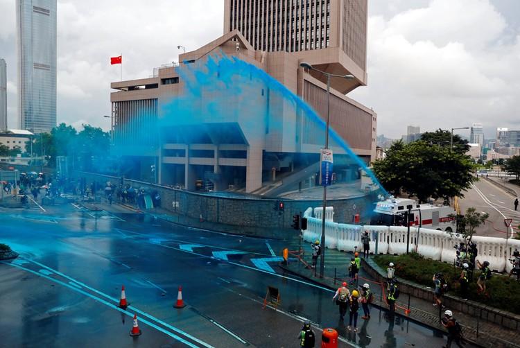 Полиця Гонконга применяет краски чтобы потом было проще опознать протестующих.