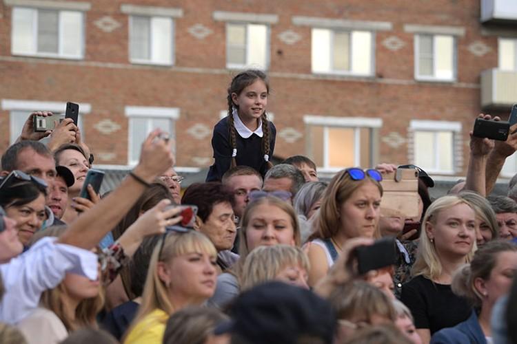 Жители пострадавшего от наводнения города собрались в центре Тулуна, чтобы увидеть президента. Фото: Пресс-служба Президента России