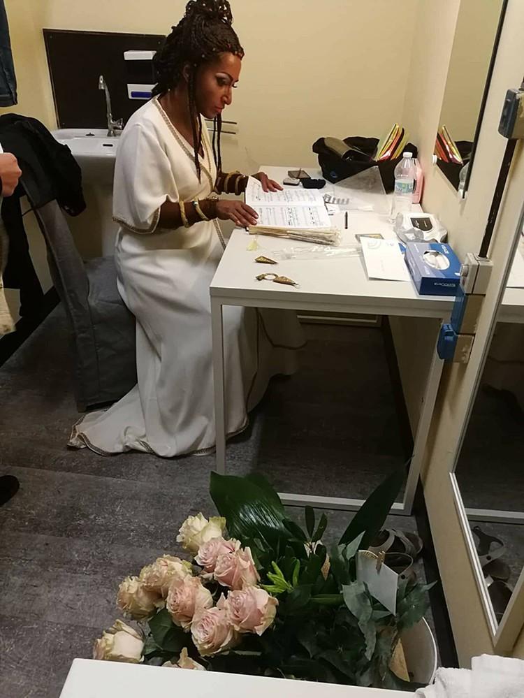 А главным сюрпризом стал присланный в гримерку большой букет белых роз