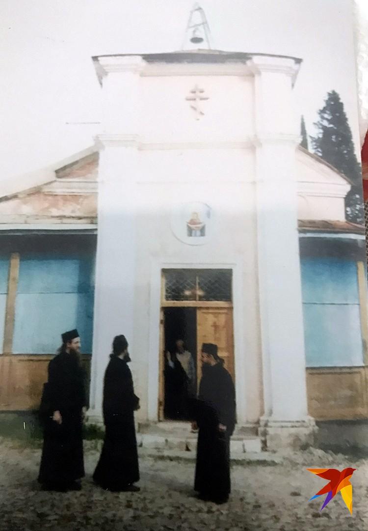 Алексей отреставрировал древнюю церквушку у Новоафонского монастыря и стал ее старостой
