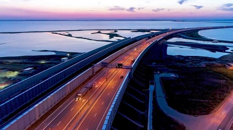 Крымский мост не только красивый, но и очень прочный. Фото: Кот Моста/VK