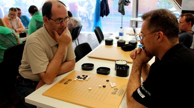 Го – не только «беседа рук», но и способ наладить диалог за игровым столом