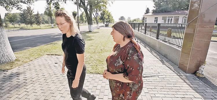 Собчак сняла фильм о трагедии в Беслане, и на видео поклонники рассмотрели у нее живот. Но непонятно: то ли это правда беременность, то ли невеста на время забросила упражнения и плотно поела. Фото: Скриншот видео