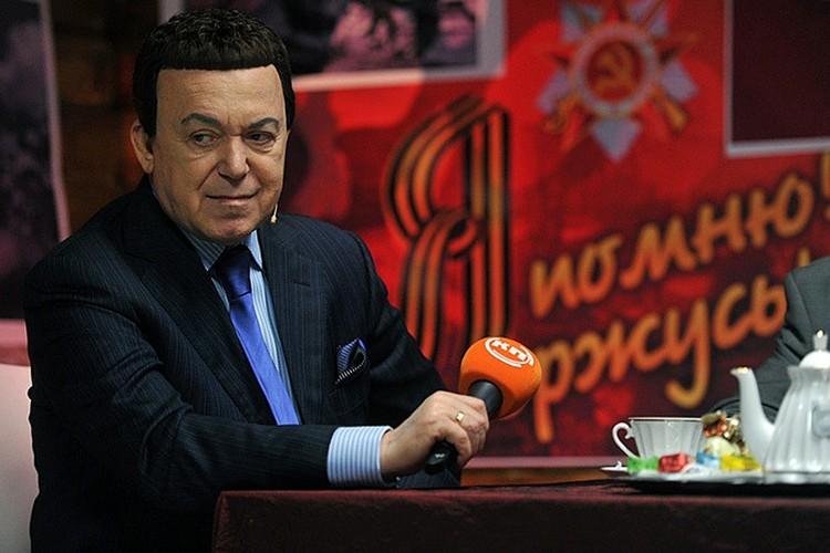 Иосиф Давыдович десять лет подряд, накануне 9 мая, приходил к нам в студию Радио «Комсомольская правда», чтобы в прямом эфире пообщаться со слушателями, попеть вместе с ними