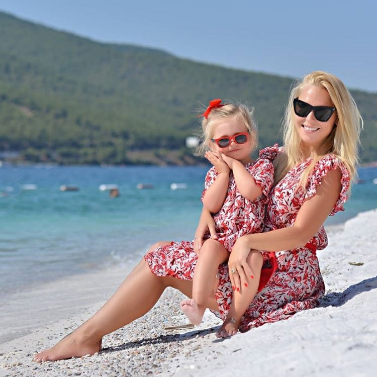 Пелагея поделилась пляжными кадрами с дочкой Таисией. Фото: Инстаграм.