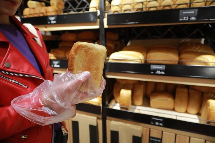 Если хлеб открытый, это не значит, что его можно щупать руками. Пакеты для чего?