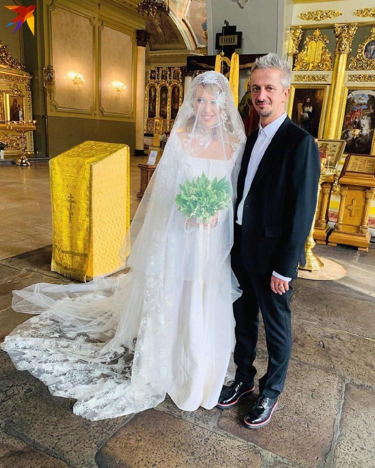 Для церемонии венчания Ксения надела закрытое платье, повязала на голову кокетливый сетчатый платочек, а в руках держала ландыши