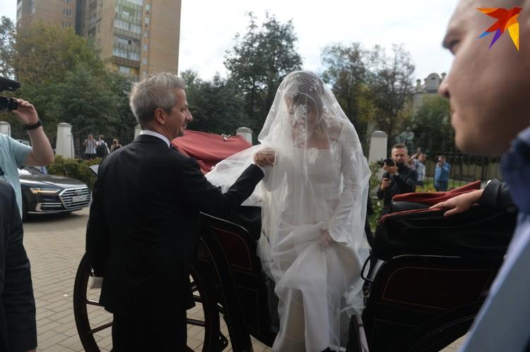 Молодые приехали в карете венчаться. Фото: Дмитрий СЕРГЕЕВ