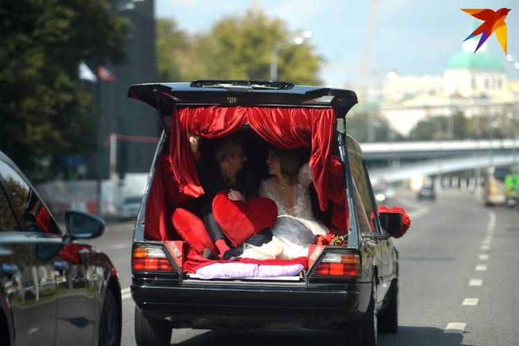 Красные носки Богомолова трудно не заметить, хоть они и сливались с атласной обивкой катафалка. Фото: Дмитрий СЕРГЕЕВ