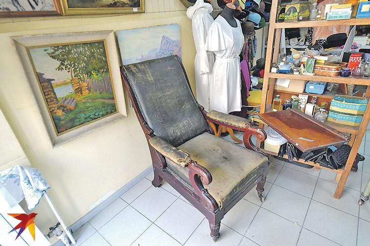 То самое золотое кресло: может, в нем поэт слагал стихи, а может, ростовщик подбивал списки должников.