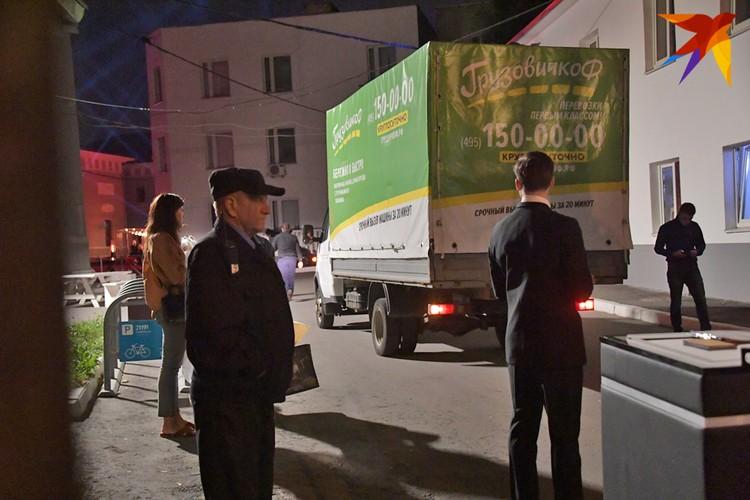 К месту свадебного банкета подъезжают грузовики с подарками.