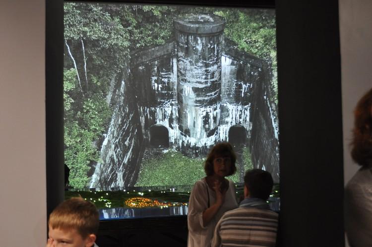 Кадры с видами крепости крутят на большом экране без перерыва