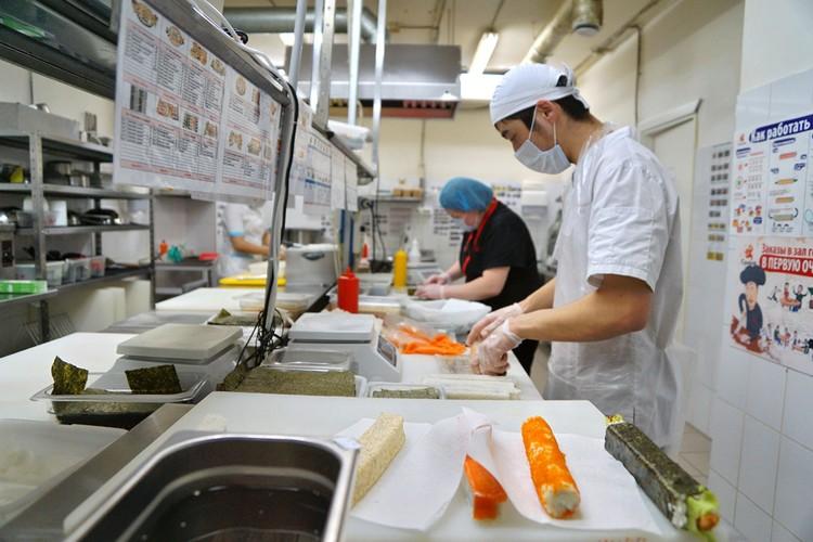 Роллы готовят руками. Мыл ли повар руки перед работой и надел ли специальные перчатки?