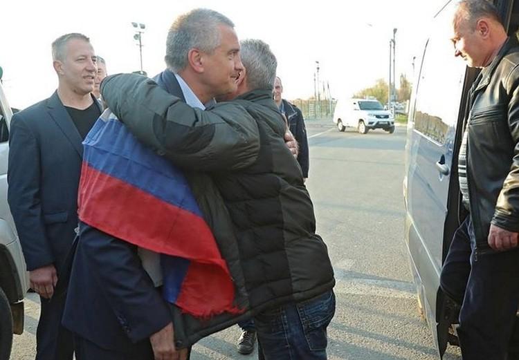 Моряков встречали, как героев. Фото пресс-служба Сергея Аксенова