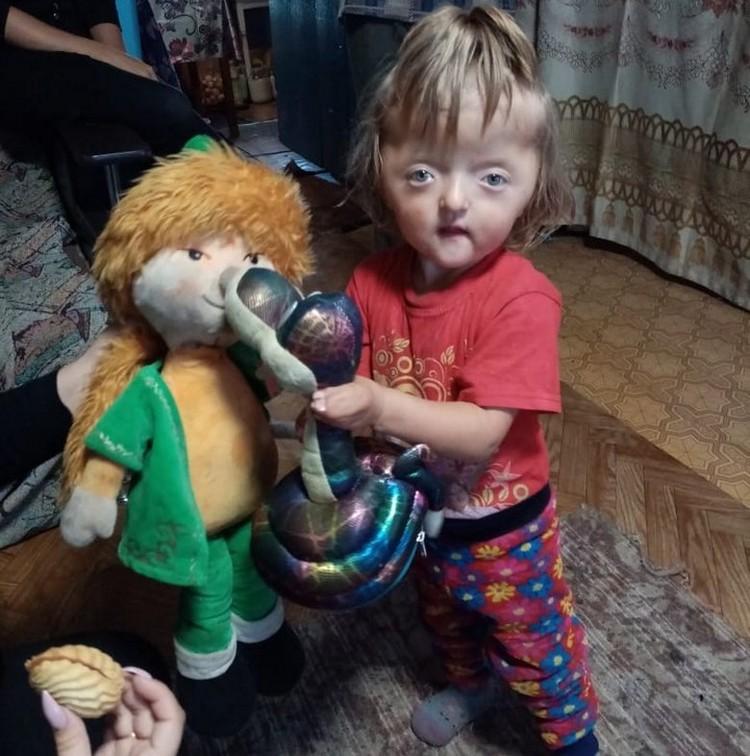 Игрушек у Софьи всего три - но она с радостью готова поделиться ими с гостями