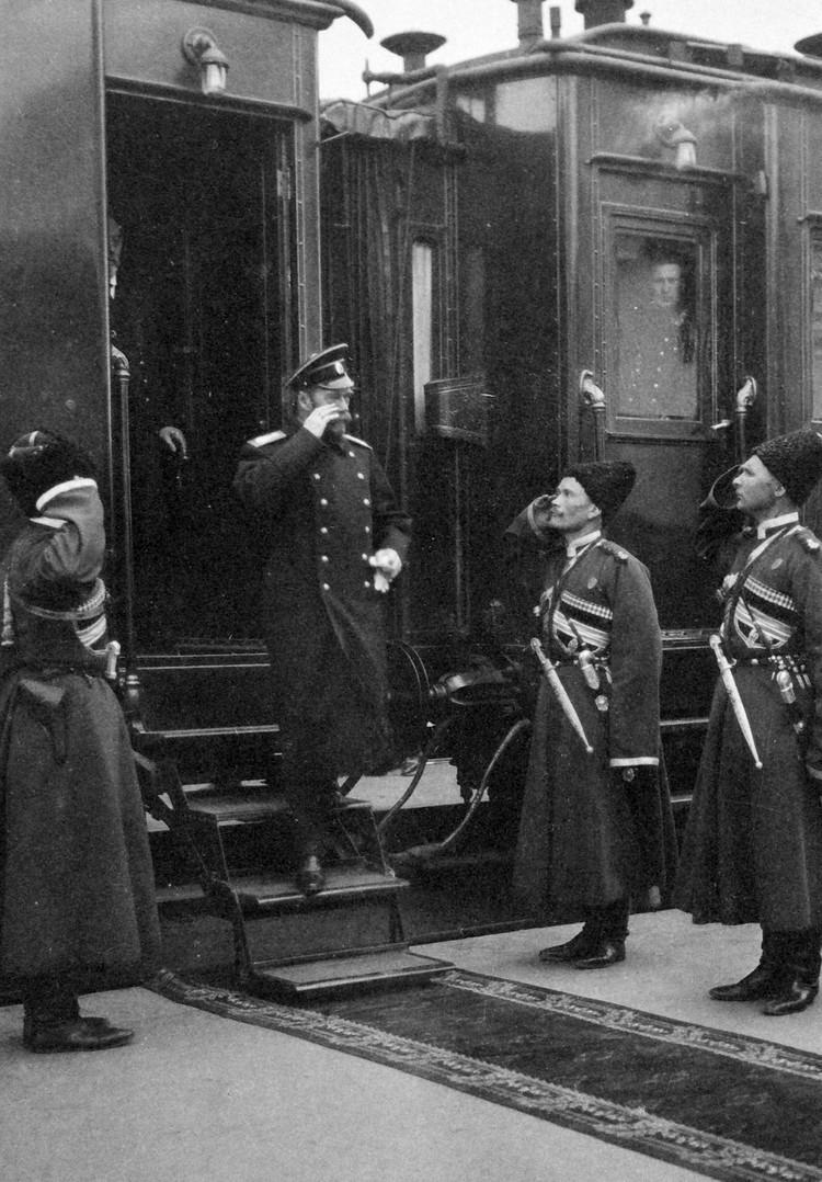Император выходит из вагона-салона. Фото: Пресс-служба ФСО России