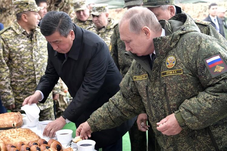 Путин и Жээнбеков отправились посмотреть, чем кормят в современной армии.