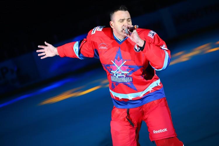 Кирилл Андреев в перерыве исполнил свою песню прямо в хоккейной амуниции. Фото: Амир Закиров
