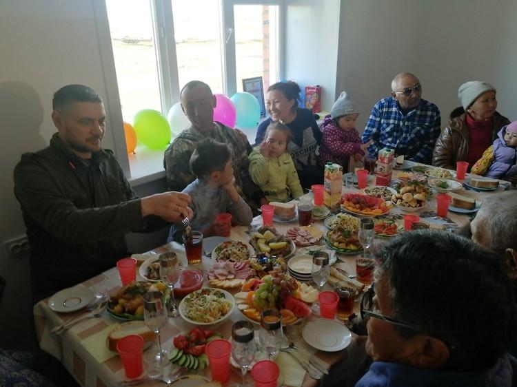 Новоселы радушно пригласили губернатора Забайкалья за праздничный стол. Фото: пресс-служба правительства Забайкалья.