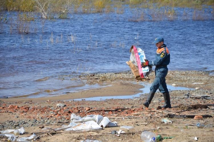 После откачки и расчистки территорий спасателей сменят сотрудники Минобороны. Фото: пресс-служба ГУ МЧС России по Хабаровскому краю