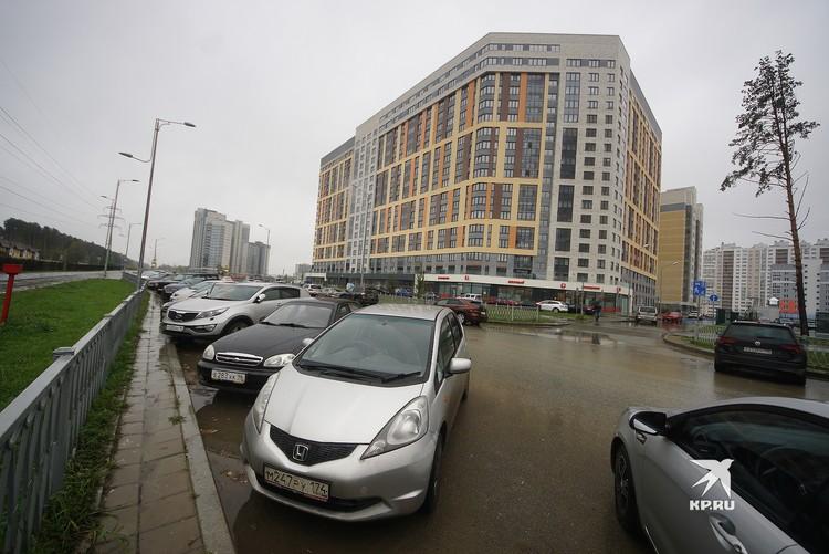 Пока подземный паркинг не сдан, жильцам остается парковаться подле дома на улице